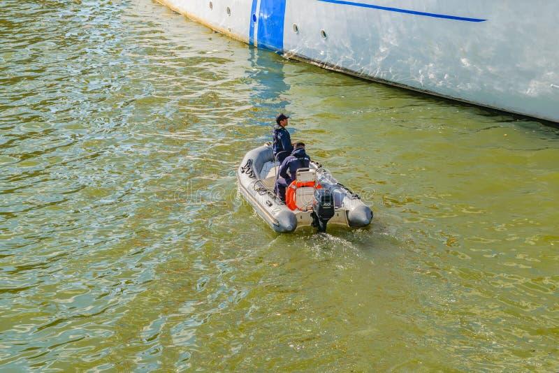 Άτομα στο διογκώσιμο βοηθώντας σκάφος βαρκών στοκ εικόνες με δικαίωμα ελεύθερης χρήσης