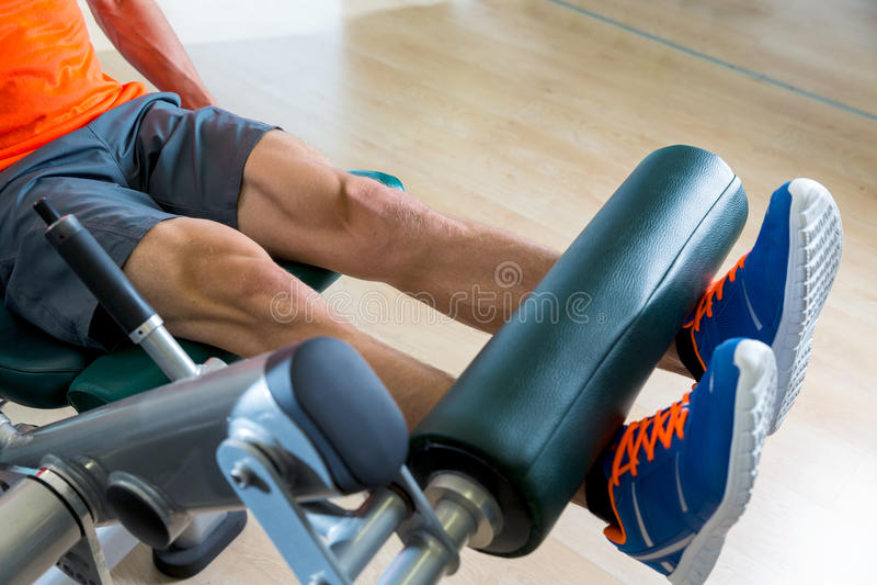 Άτομο άσκησης επέκτασης ποδιών στη γυμναστική workout στοκ φωτογραφία με δικαίωμα ελεύθερης χρήσης