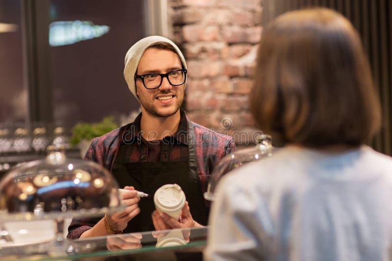 Άτομο ή μπάρμαν με το φλυτζάνι καφέ και πελάτης στον καφέ στοκ φωτογραφία με δικαίωμα ελεύθερης χρήσης