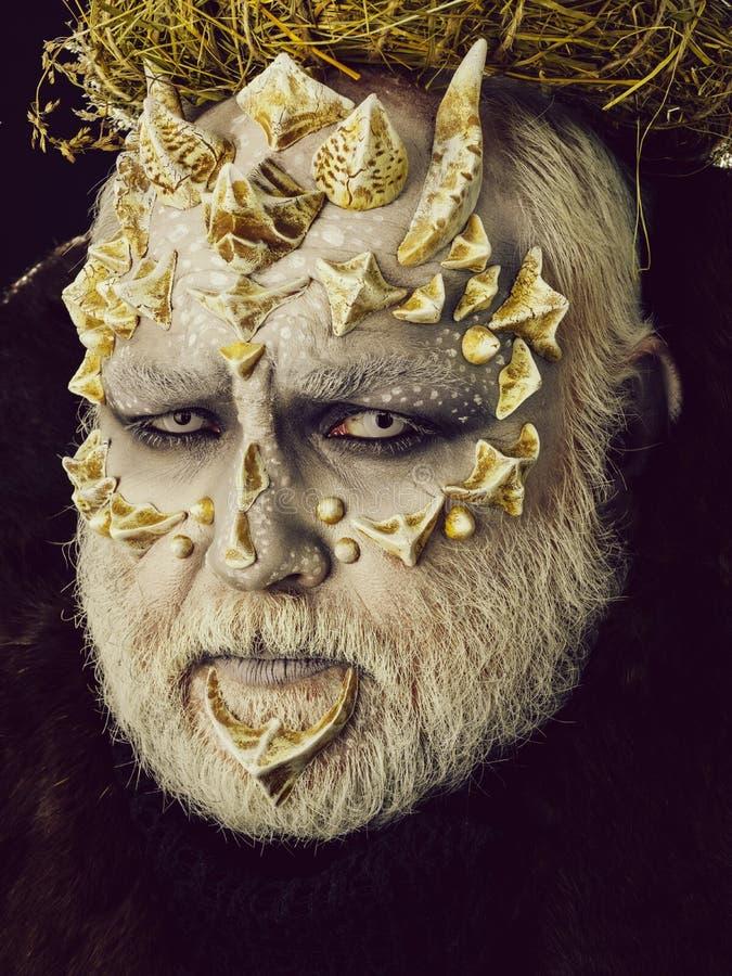 Άτομο ή τέρας με τα αγκάθια στο πρόσωπο με το φουτουριστικό makeup στοκ εικόνες