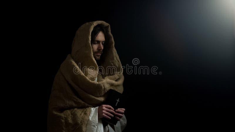 Άτομο Αγίου που κρατά την ιερή Βίβλο, προφητείες για τους Χριστιανούς, νέο βιβλίο διαθηκών στοκ εικόνα