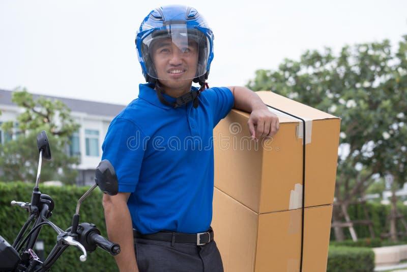 Άτομο αγγελιαφόρων και υπηρεσία παράδοσης με τη μοτοσικλέτα, μοτοσικλέτα γύρου Deliveryman για τα αγαθά μεταφορών, στοκ εικόνα με δικαίωμα ελεύθερης χρήσης