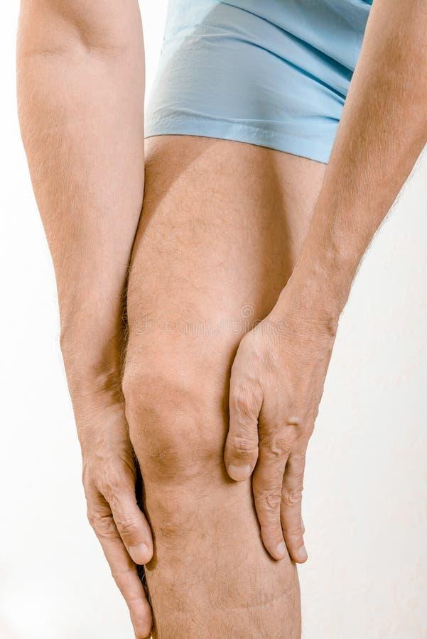 Άτομο αθλητών που αισθάνεται τον πόνο στα quadriceps στοκ εικόνες