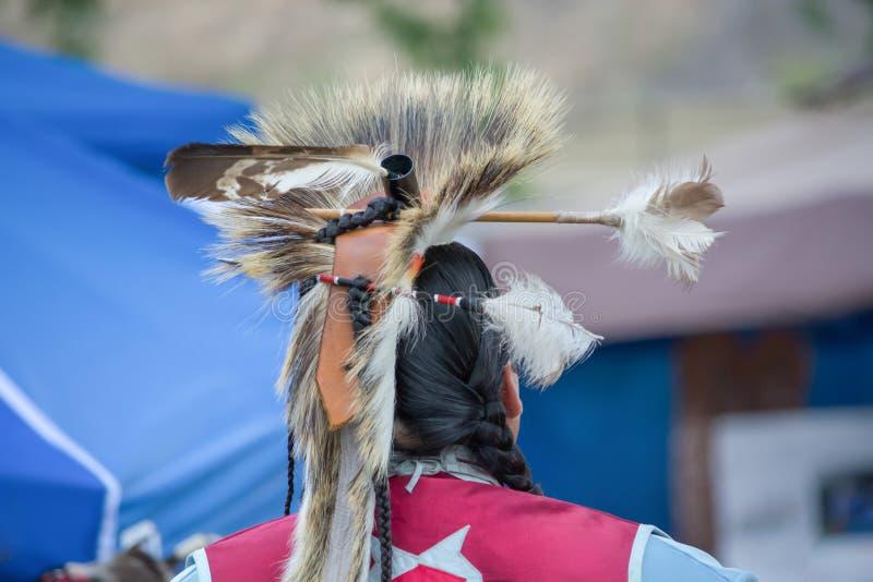 Άτομο αμερικανών ιθαγενών που φορά τον παραδοσιακό εθιμοτυπικό ιματισμό και το επικεφαλής φόρεμα στοκ εικόνες