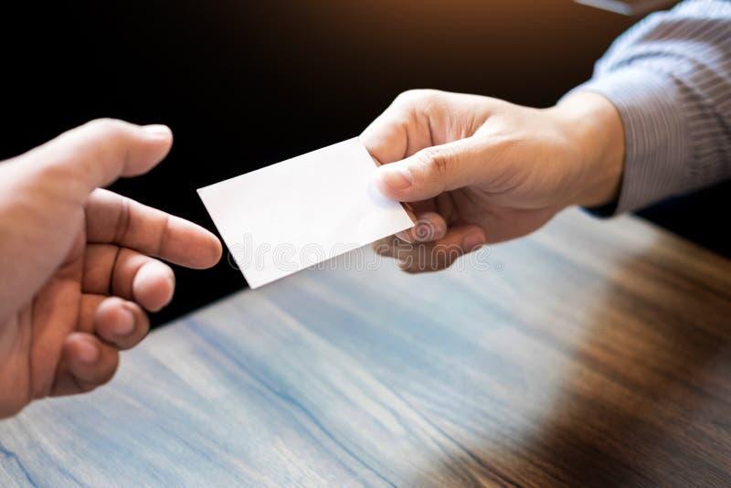 άτομο ανώτατων στελεχών επιχείρησης που ανταλλάσσει τη επαγγελματική κάρτα για την έναρξη καλό γ στοκ εικόνα