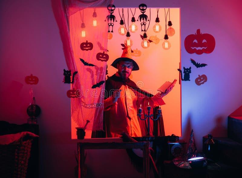 Άτομο αποκριών με την κολοκύθα στο σκοτάδι r Αποκριές, εορτασμός διακοπών στοκ εικόνες