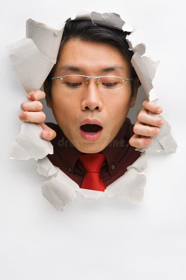 Άτομο από την τρύπα που κοιτάζει κάτω στοκ εικόνα