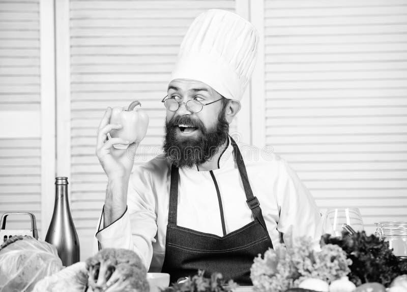 Άτομο αρχιμαγείρων στο καπέλο r Γενειοφόρος μάγειρας ατόμων στην κουζίνα, μαγειρική Τα τρόφιμά μας o Να κάνει δίαιτα και στοκ φωτογραφία