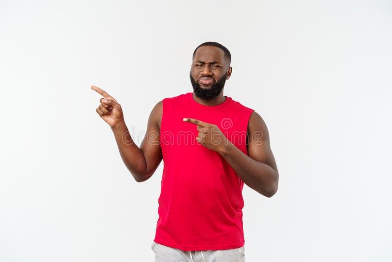 Άτομο αφροαμερικάνων με την αθλητική ένδυση που δείχνει τα δάχτυλα με τη δυστυχισμένη συγκίνηση στοκ φωτογραφία με δικαίωμα ελεύθερης χρήσης