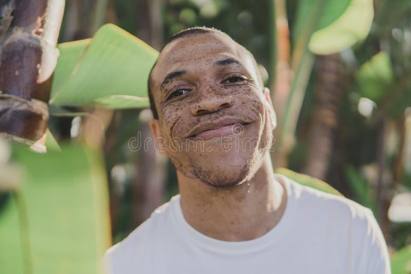 Άτομο αφροαμερικάνων με τις φακίδες που χαμογελούν υπαίθρια στοκ φωτογραφίες