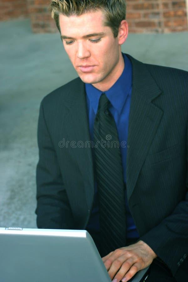 άτομο επιχειρησιακών lap-top στοκ εικόνα με δικαίωμα ελεύθερης χρήσης