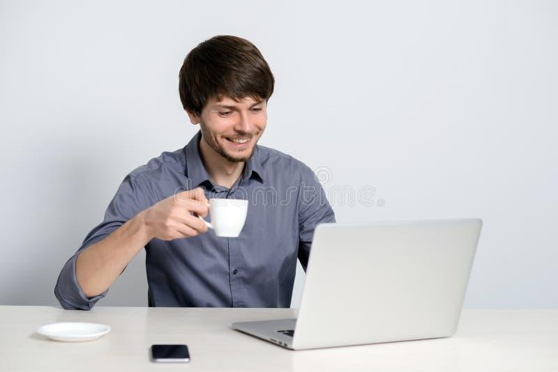 Άτομο εργασιακών χώρων με το σημειωματάριο στοκ εικόνα με δικαίωμα ελεύθερης χρήσης