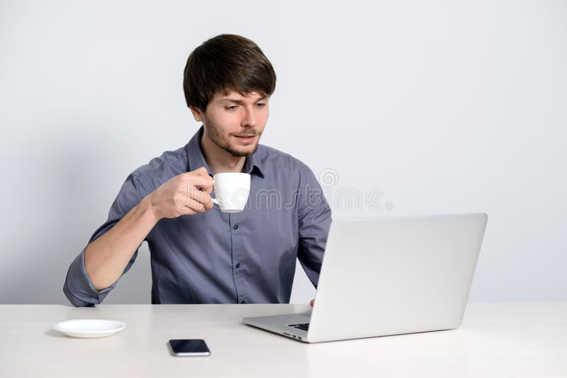 Άτομο εργασιακών χώρων με το σημειωματάριο στοκ φωτογραφίες με δικαίωμα ελεύθερης χρήσης