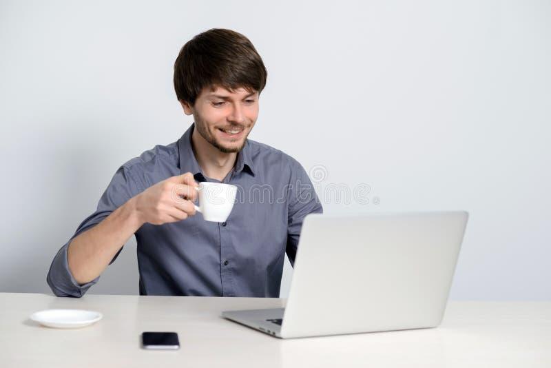 Άτομο εργασιακών χώρων με το σημειωματάριο στοκ φωτογραφίες