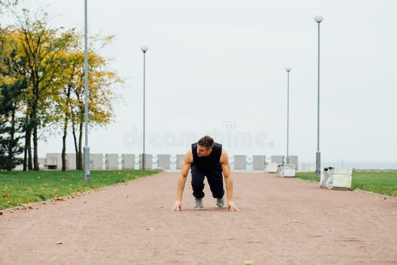 Άτομο ικανότητας που εκπαιδεύει και που στο πάρκο πτώσης έτοιμη έναρξη Υγιής τρόπος ζωής στοκ φωτογραφία με δικαίωμα ελεύθερης χρήσης