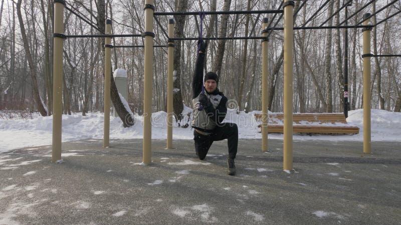 Άτομο ικανότητας που κάνει workout τις ασκήσεις με τον αποσυμπιεστή στο χώρο αθλήσεων στοκ φωτογραφία