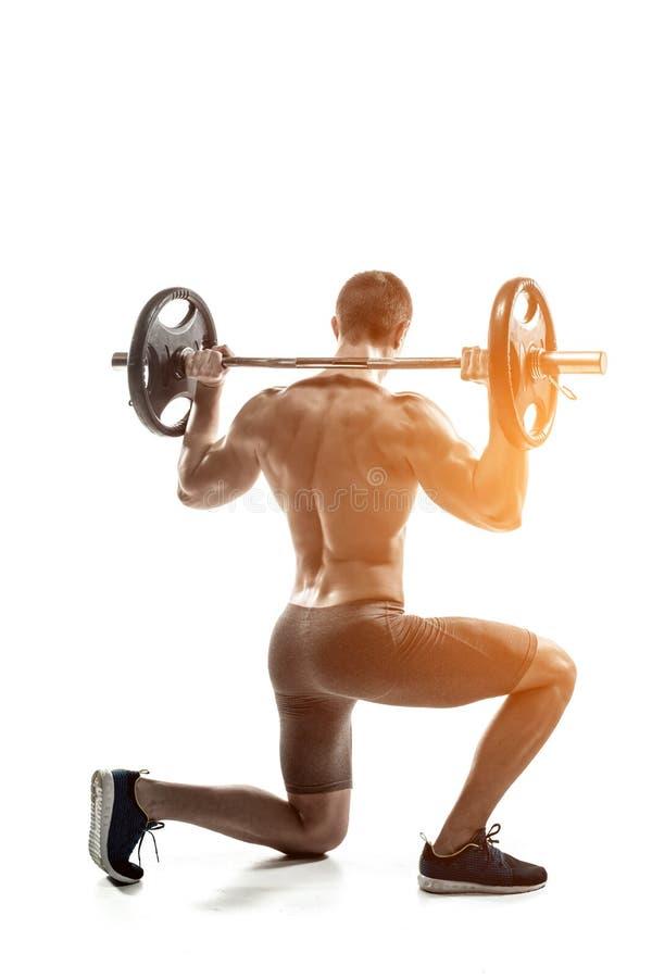 Άτομο ικανότητας που στέκεται στο γόνατο και που κρατά barbell, οπισθοσκόπος στοκ εικόνες με δικαίωμα ελεύθερης χρήσης
