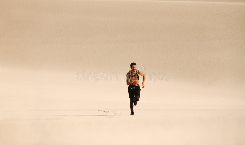 Άτομο ικανότητας που τρέχει την έρημο ν στοκ φωτογραφία με δικαίωμα ελεύθερης χρήσης
