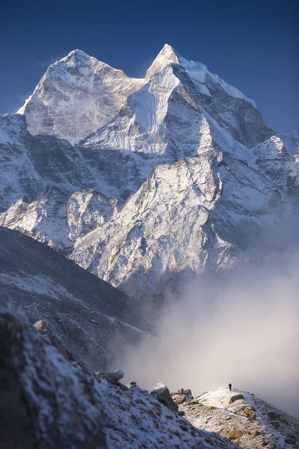 Άτομο και βουνά στοκ εικόνες