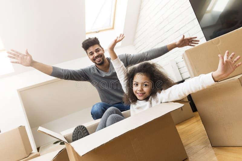 Άτομο και η κόρη του που κινούνται στο νέο σπίτι τους στοκ φωτογραφία με δικαίωμα ελεύθερης χρήσης