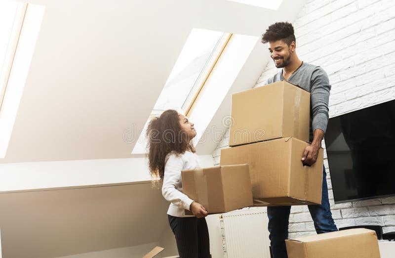 Άτομο και η κόρη του που κινούνται στο νέο σπίτι τους στοκ φωτογραφίες με δικαίωμα ελεύθερης χρήσης