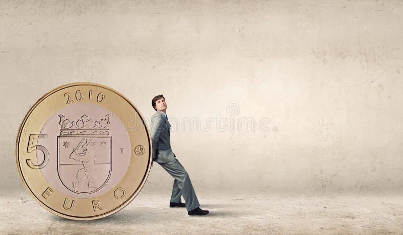Άτομο και μεγάλο νόμισμα στοκ εικόνες