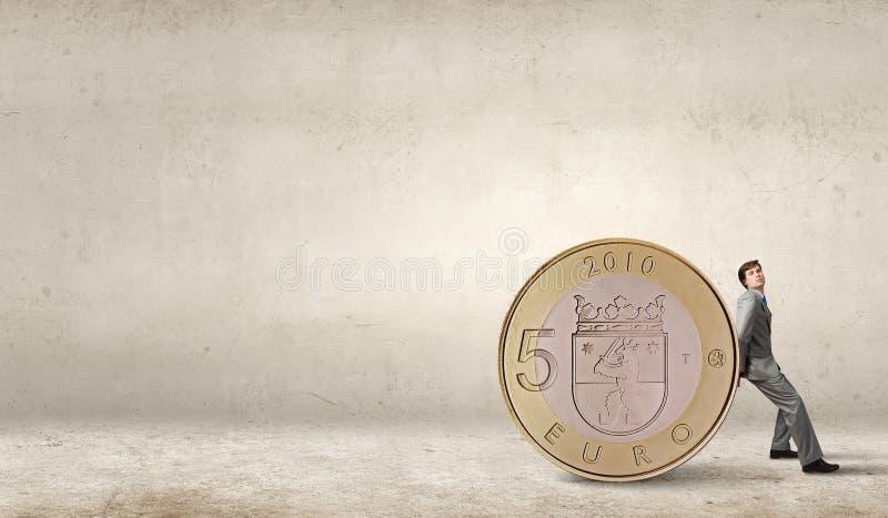 Άτομο και μεγάλο νόμισμα στοκ φωτογραφία με δικαίωμα ελεύθερης χρήσης