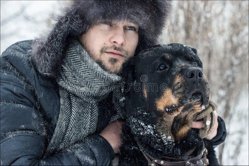 Άτομο και σκυλί στο χιόνι στοκ φωτογραφίες με δικαίωμα ελεύθερης χρήσης