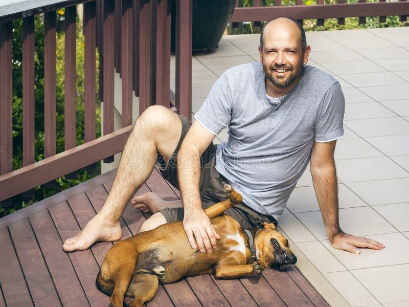 Άτομο και σκυλί στοκ φωτογραφίες με δικαίωμα ελεύθερης χρήσης