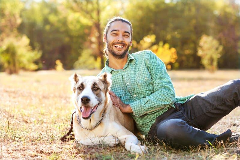 Άτομο και σκυλί στοκ εικόνες με δικαίωμα ελεύθερης χρήσης