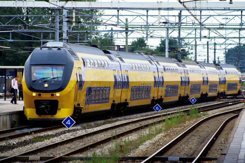 Άτομο και τραίνο Railwaystation Ουτρέχτη, Ολλανδία, οι Κάτω Χώρες NS πλατφορμών στοκ εικόνες
