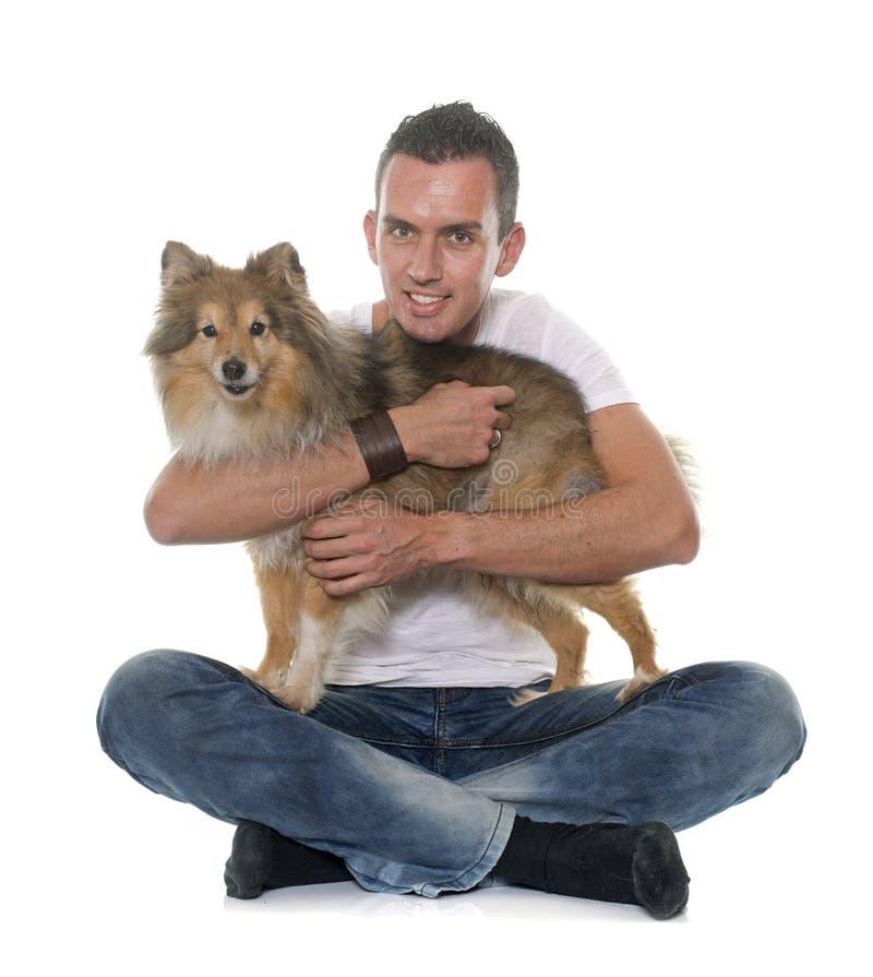 Άτομο και τσοπανόσκυλο Shetland στοκ εικόνες