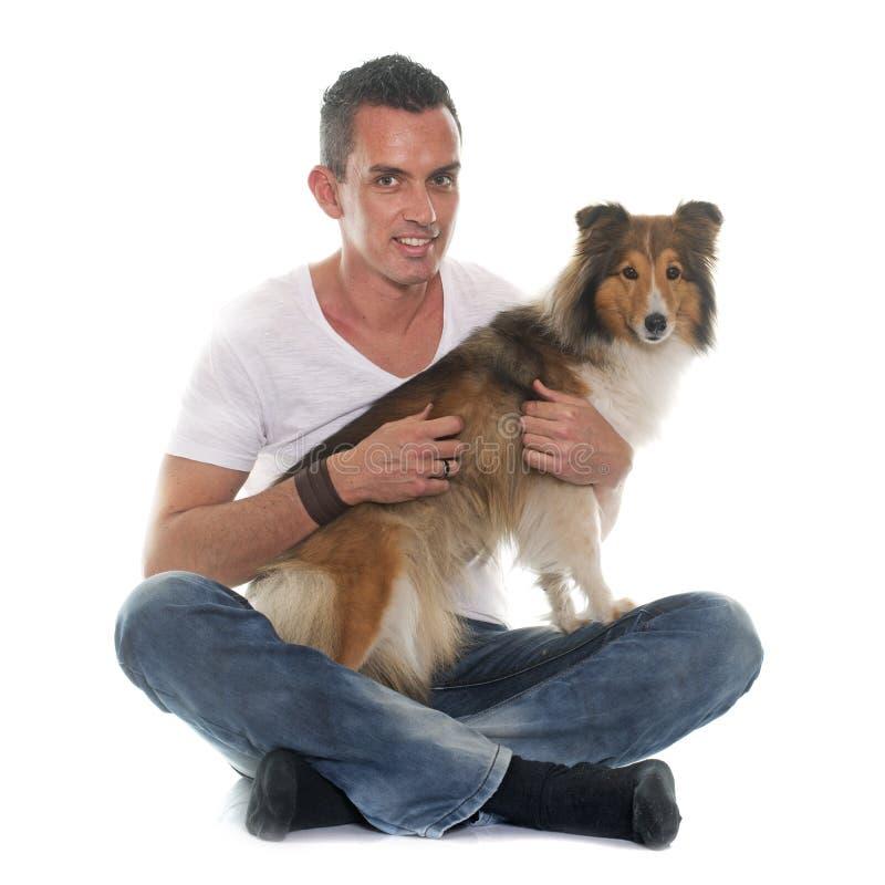 Άτομο και τσοπανόσκυλο Shetland στοκ φωτογραφία με δικαίωμα ελεύθερης χρήσης