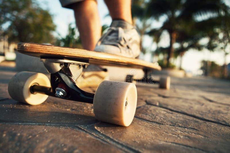 Άτομο και Longboardon ο περίπατος στοκ φωτογραφία με δικαίωμα ελεύθερης χρήσης