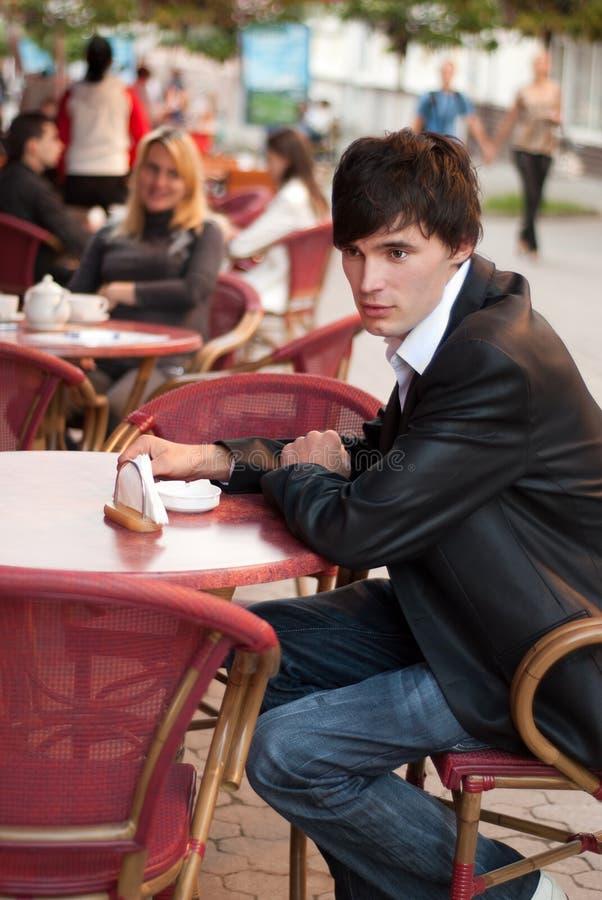 άτομο καφέδων υπαίθριο στοκ εικόνες