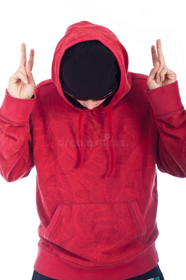 Άτομο λυκίσκου ισχίων στην κόκκινη hoody τοποθέτηση στοκ φωτογραφία