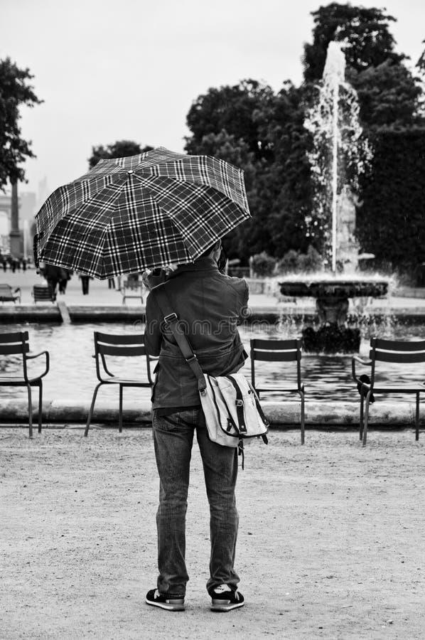 άτομο μέχρι τη βροχερή ημέρα στον κήπο tuileries στοκ εικόνες με δικαίωμα ελεύθερης χρήσης
