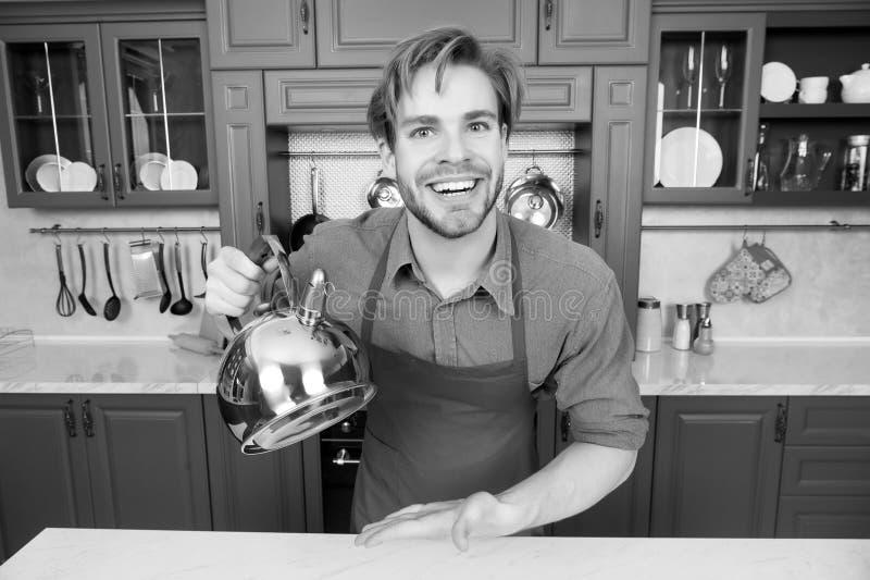 Άτομο μαγείρων στο μπλε πουκάμισο, κόκκινο χαμόγελο ποδιών με την κατσαρόλα στοκ εικόνες
