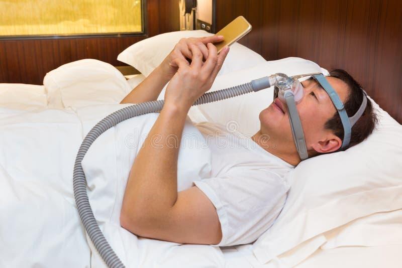 Άτομο Μεσαίωνα που φορούν το κάλυμμα CPAP και μάσκα που συνδέει με τον αέρα στοκ εικόνα