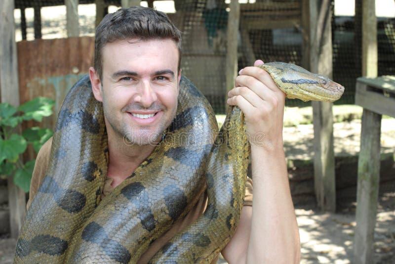 Άτομο με ένα γιγαντιαίο Anaconda γύρω από το λαιμό του στοκ φωτογραφίες με δικαίωμα ελεύθερης χρήσης