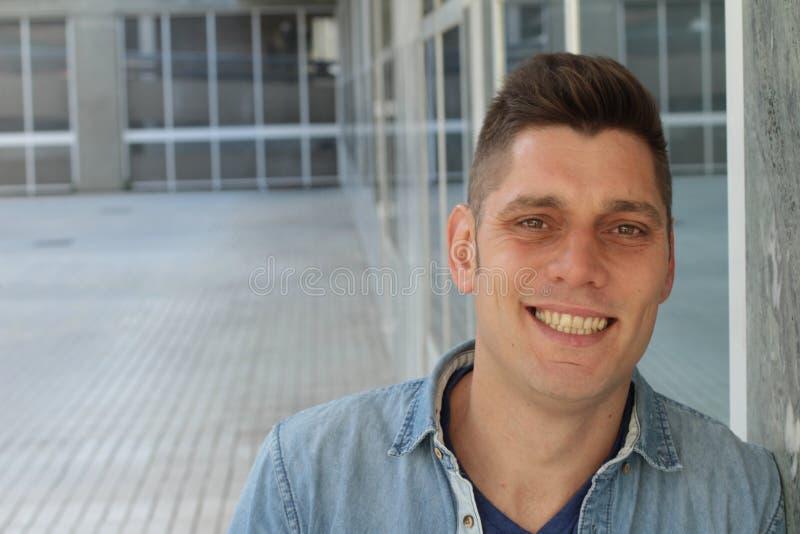 Άτομο με ένα κίτρινο χαμόγελο στοκ εικόνες