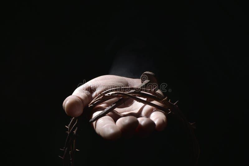 Άτομο με ένα καρφί και μια κορώνα των αγκαθιών στοκ φωτογραφίες με δικαίωμα ελεύθερης χρήσης