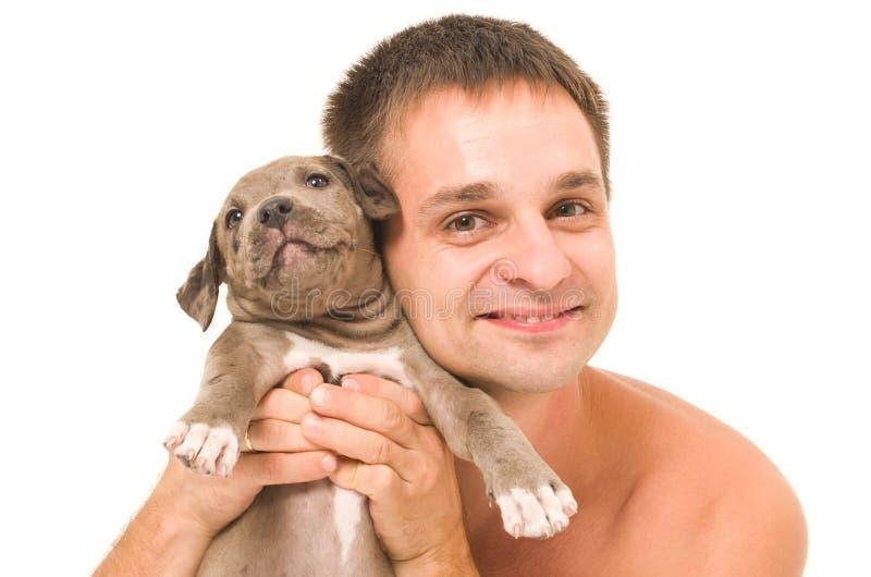 Άτομο με ένα κουτάβι pitbull στοκ εικόνα με δικαίωμα ελεύθερης χρήσης