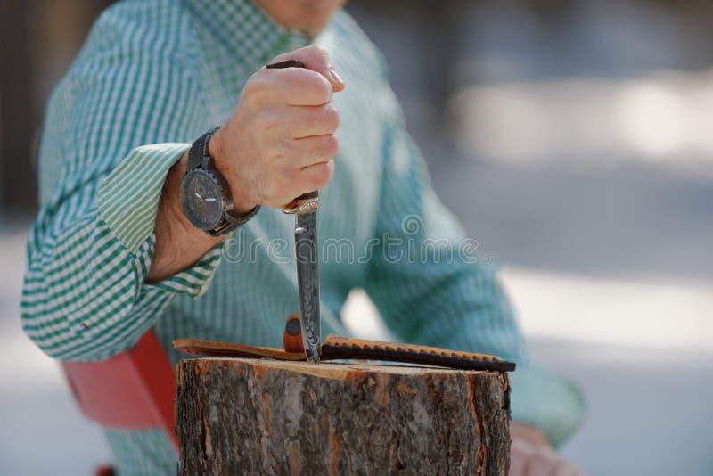 Άτομο με ένα μαχαίρι στοκ εικόνες