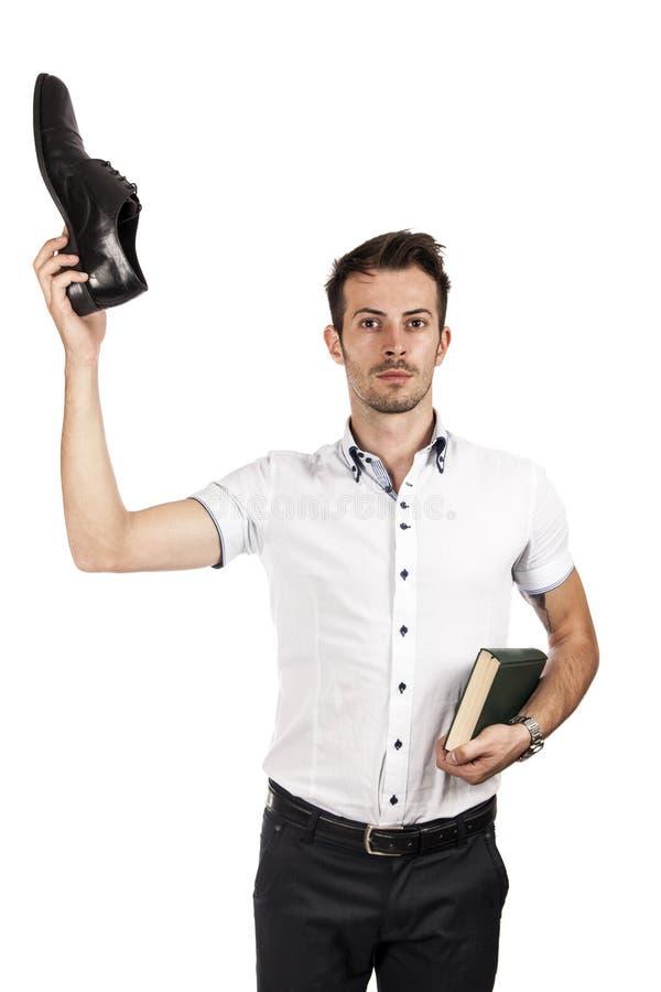 Άτομο με ένα παπούτσι και ένα βιβλίο στοκ φωτογραφία