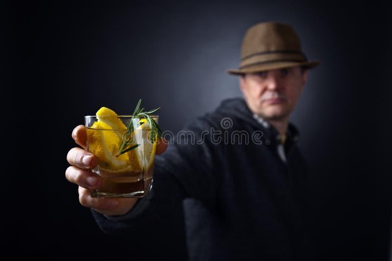 Άτομο με ένα ποτήρι του ποτού λεμονιών στοκ φωτογραφία με δικαίωμα ελεύθερης χρήσης