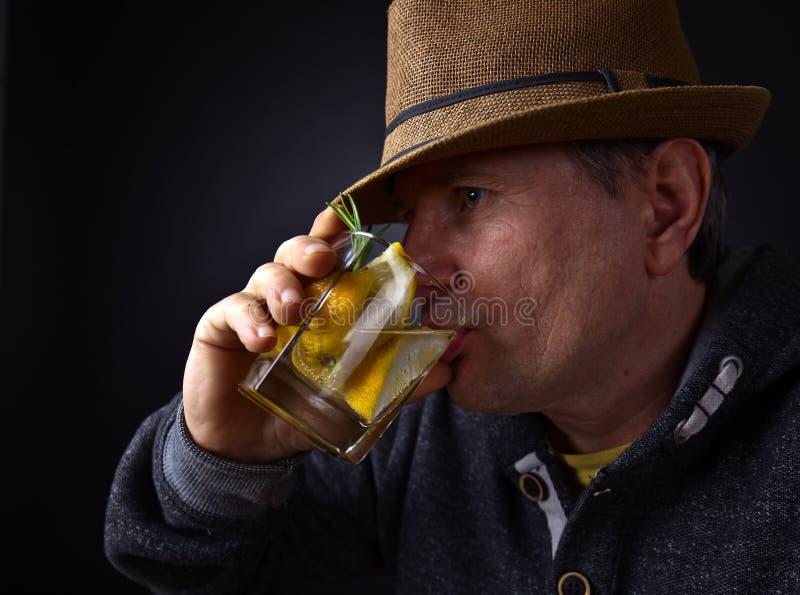 Άτομο με ένα ποτήρι του ποτού λεμονιών στοκ εικόνες με δικαίωμα ελεύθερης χρήσης