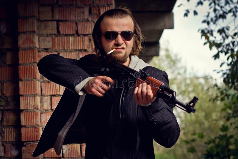 Άτομο με ένα πυροβόλο όπλο στοκ φωτογραφία
