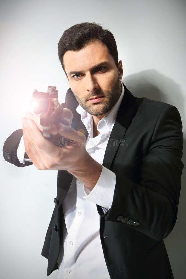 Άτομο με ένα πυροβόλο όπλο, στοκ φωτογραφία με δικαίωμα ελεύθερης χρήσης
