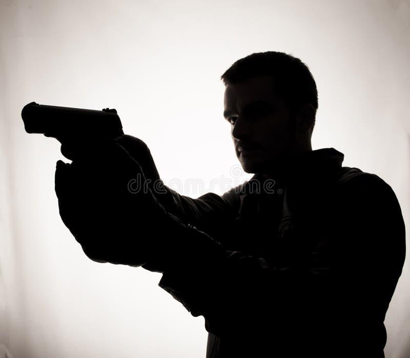 Άτομο με ένα πυροβόλο όπλο στοκ εικόνες
